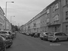 Praha 10. Rovné linie střech a domů v této konkrétní čtvrti (výstavbu tipuji do období 1. pol. 20. stol.), které mohou sloužit jako základ pro další, modernější výstavbu.