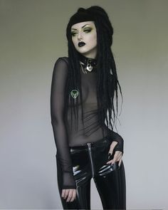 Top Gothic Fashion Tips To Keep You In Style. As trends change, and you age, be willing to alter your style so that you can always look your best. Consistently using good gothic fashion sense can help Hot Goth Girls, Gothic Girls, Gothic Lolita, Goth Beauty, Dark Beauty, Dark Fashion, Gothic Fashion, Women's Fashion, Steampunk Fashion