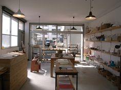 宮崎県「krona -クローナ-」2006年にオープンした、家具と雑貨の小さな店です。 Studio Table, Store Interiors, Cafe Shop, House Rooms, Store Design, Diy And Crafts, Shops, House Design, Display