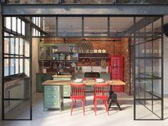 Situado na Hungria, em Budapeste, uma cidade rica em história, esteantigo espaço industrial construído em 1928 foi convertido neste maravilhoso loft, pelas mãos de Tatiana Golovach e Andriej Kot. …
