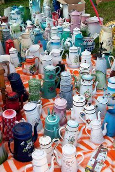 Enamelware - do I love French tea and coffee pots. They are quite collectible and oh so pretty with grouped together. Vintage Dishes, Vintage Kitchen, Vintage Items, Vintage Teapots, Retro, Vintage Enamelware, Chocolate Pots, Vintage Love, Vintage Paris