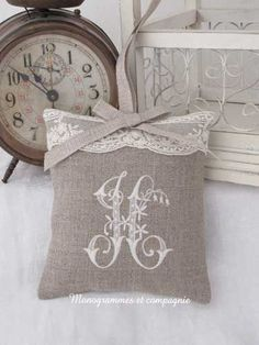Sachet with monogram for girls Burlap Crafts, Fabric Crafts, Sewing Crafts, Sewing Projects, Embroidery Monogram, Hand Embroidery, Machine Embroidery, Embroidery Designs, Cross Stitching