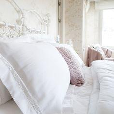 Pamuk saten kumaştan üretilen ve dantel detaylarıyla yatak odalarına abartısız bir şıklık getiren Venice Dantel Nevresim Takımı dekorasyonda romantik dokunuşları sevenlerin tercihi olacak. Venice Dantel Nevresim Takımı nevresim, çarşaf ve 4 yastık kılıfından oluşuyor.