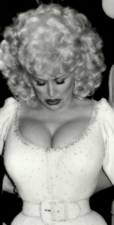 The busty and bouncy huge breasts of the fabulous Dolly Parton. Dolly Parton Tattoos, Dolly Parton Costume, Dolly Parton Pictures, Divas, Musica Country, Tennessee, Jolie Lingerie, Country Music Singers, Soul Singers