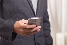 Escrever no telemóvel e caminhar poderá resultar em multas