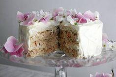 Resepti: Kukilla koristeltu kala-voileipäkakku