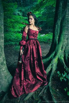 This gown is made in dark red brocade, really beautiful fabric. The sleeves can be dismounted easy. The size is S, also fit for M. Is