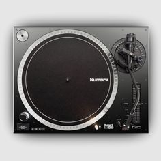 Numark präsentiert mit dem neuen NTX1000 einen hochwertigen und dabei preiswerten Plattenspielermit Direktantrieb, der auch Ansprüchen von DJs genügen soll. Das Revival der Schallplatte scheint ungebrochen,und auch bei DJs scheint das Interesse wieder stärker in Richtung Vinyl zu gehen. Numark … Weiterlesen
