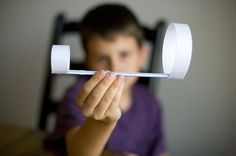 Вам понадобятся: Плотная бумага Cоломинка Скотч Ножницы Сделайте 3 полоски из бумаги размером 2,5 см в ширину и 13 см в длину. Склейте с помощью скотча две полоски вместе, замкнув их в круг, а третью замкните в круг одну. Поместите один конец соломинки внутрь маленького круга, закрепите ее скотчем, а другой конец - внутрь большого круга, также закрепите скотчем. Такой самолет летает лучше обычного самолетика из бумаги.   Источник: https://www.adme.ru/zhizn-semya/15-krutyh-sposobov-zanyat