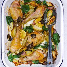 Kip uit de oven met citroen en spinazie. Verwarm de oven voor op 190ºC. Snijd aardappels in partjes en schep met olijfolie, zout en peper, 6 grote ongepelde, geplette tenen knoflook, 1 citroen in vieren, een bosje basilicum, 2 kippendijen en 2 drumsticks. Bak ze 45 minuten of tot de kip gaar is.  Was enkele handenvol spinazie en voeg ze (nog nat) toe; laat ze enkele minuten slinken. Serveer bedruppeld met wat olijfolie en knijp de meegebakken partjes citroen erover uit.