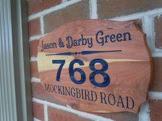 Plaque de rue : Personnalisé sculpté en bois dernier nom House numéro personnalisé gravé cadeau de pendaison de crémaillère signe 13 1/2 x 9 Red Cedar ST9
