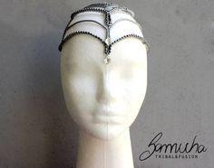 Enfeite para cabeça feita em porcelana fria, decorado com correntes de bolinhas prata e chatons, fecho em fita de cetim! R$ 36,00