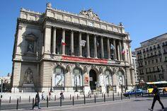 Érigé au pied de la Canebière, le Palais de la Bourse, domine par sa prestance. L'édifice est colossal et dispose d'une architecture remarquable. Depuis toujours, le Palais de la Bourse de Marseille abrite le siège de la Chambre de Commerce et d'Industrie de la ville.