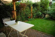 garten rasenfläche sichtschutz kletterpflanzen gitterzaun terrassenmöbel