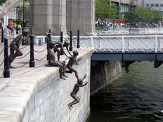 People of the River by Chong Fah Cheong, Singapore. Known as one of the most creative statues in the world, this sculpture literally looks as if children are jumping into the river. Urbane Kunst, Photo Voyage, Art Moderne, Outdoor Art, Land Art, Public Art, Urban Art, Installation Art, Les Oeuvres