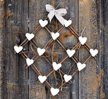 Woven twigs and hearts: simple decoration Hobbies And Crafts, Diy And Crafts, Arts And Crafts, Willow Weaving, Basket Weaving, Christmas Art, Winter Christmas, Twig Art, Beach Crafts