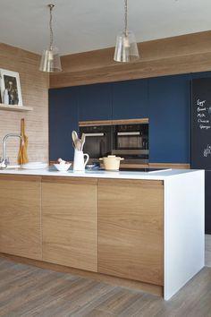 Contemporary Scandinavian style kitchen – Portobello by Naked Kitchens – toptrendpin. Kitchen Decor, Handleless Kitchen, Kitchen Styling, Kitchen, Shaker Kitchen, Kitchen Design, Green Kitchen, Stylish Kitchen, Contemporary Kitchen