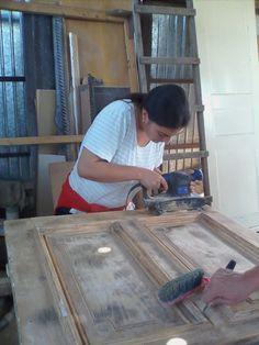 Restaurari,reconditionari usi din lemn reconditionari usi apartament bloc servicii restaurari usi din lemn,servicii reconditionari reparatii usi lemn,MDF