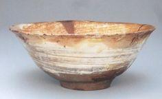 029 刷毛目茶碗 銘「雪月」 根津美術館 朝鮮発祥の技術である「刷毛目」が全体に見られるものが刷毛目茶碗と呼ばれていて、粗いながらも面白い景色を創りだす刷毛目は茶人によく好まれ、朝鮮茶碗でも初期から茶碗に見立てられました。刷毛目茶碗の色はけっこうバリエーションがありますが、だいたいは地の上に白が刷毛目で塗られているものです。写真の「雪月」は刷毛目でも特に大変侘びた部類のもので、しかもここまで変化に富んだ茶碗というのもなかなか見つけ難いかと思います。