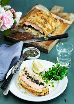 Indbagt laks med spinat Danish Food, Savory Tart, Fish Dishes, Greek Recipes, Fish And Seafood, Diy Food, Fresh Rolls, Salmon Burgers, Dinner Recipes