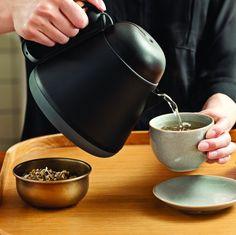 Čajník Teako Tea Pot od XD Design - Fakt praktický čajník na sypaný čaj Mug Original, Pause Café, Kitchen Gadgets, Kettle, Saddle Bags, Tea Pots, Container, Objects, Lifestyle