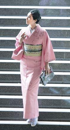 美しいキモノ2017冬 Kimono Japan, Japanese Kimono, Traditional Kimono, Traditional Dresses, Japanese Costume, Hair Arrange, Kimono Pattern, Japanese Outfits, Yukata