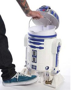 Star Wars craft ideas, Star Wars recipes and Star Wars gift ideas. This is perfect for all of the loyal and Star Wars fanatics in your life. Star Wars Nursery, Star Wars Room, Star Wars Day, Decoracion Star Wars, Star Wars Bathroom, Casa Disney, R2d2, Espace Design, Cuadros Star Wars