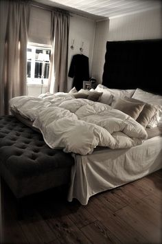 I love bedrooms that are classy and cozy at the same time~