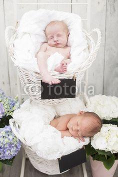 Newborn Zwillinge liegend in zwei Körbchen