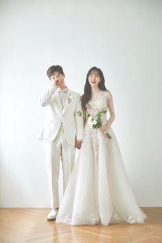 Korean Wedding Photography, Wedding Couple Poses Photography, Pre Wedding Poses, Pre Wedding Photoshoot, Marriage Poses, Wedding Dress Trends, Korean Wedding Dresses, Korean Bride, Weeding Dress