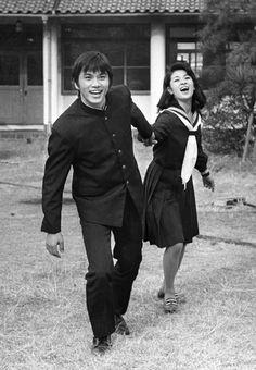"""1971年~1972年、日テレ放送『おれは男だ!』の森田健作 (現千葉県知事) と早瀬久美。★当時、「この海は何処の地方の島なんだろう…」と思う学校がらみの青春ドラマが沢山あったけど、今観ると、鎌倉、由比ヶ浜、藤沢、材木座など、ロケ地はほぼ湘南だったのが判ります!(^^;;   /  J-drama """"Ore wa Otoko da! """" ( lit. I'm a man ! ) starring Kensaku Morita, the present governor of the Chiba prefecture."""