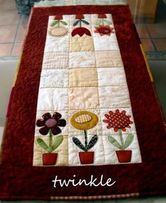 looks like a Kim Schaefer quilt. Love the simple flowers as a table runner! Table Runner And Placemats, Quilted Table Runners, Small Quilts, Mini Quilts, Place Mats Quilted, Summer Quilts, Quilted Table Toppers, Sewing Table, Patch Quilt