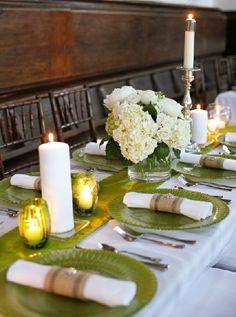 Mesa charmosa com pratos verdes