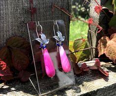 """HOT PINK - Unsere Ohrringe """"CALYPSO"""" aus Silber mit gefärbtem Quarz und kleinen Lapis Steinen.  #sommer #sommerkollektion #ohrschmuck #pink Outfit Des Tages, Hot, Pink, Nice Jewelry, Gemstone Earrings, Dirndl, Earrings, Silver, Pink Hair"""