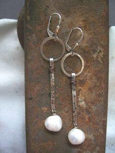 Pendolo orecchini con perle bianche e metalli di dnajewelrydesigns