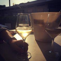 Aperitivo per festeggiare la #mysummerprestige firmata #bellussi  . . . #happyhour #aperitivo #milanomarittima #wine #winelover #winelovers #wineporn #winetasting #winetime #foodblog #foodblogger #summer #estate #emiliaromagna #hot #aperitiviamo #friends #amici