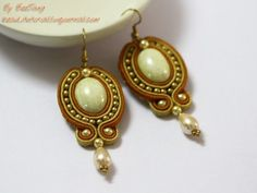With the Golden Soutache Earrings, you& feel like a princess from another time. These magnificent DIY earrings radiate warmth and sophistication. They& the perfect accessory for any crafter who wants new ways to make earrings. Soutache Tutorial, Earring Tutorial, Soutache Jewelry, Beaded Jewelry, Handmade Jewelry, Seed Bead Earrings, Beaded Earrings, Bijoux Diy, Jewelry Making Tutorials