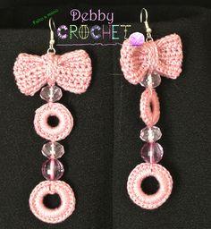 Orecchini di cotone rosa con pietre in tinta. un piccolo fiocco dal quale scendono due anelli.Come ogni mia creazione, è un modello esclusivo.