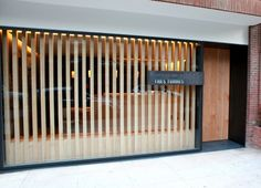 Ir al dentista (casi) no es un trauma en la Ortodoncia Tres Torres, diseñada por el arquitecto Damián Ribas.   diariodesign.com. Label facade wood door.