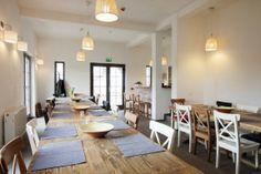 Die gleichen Stuhlmodelle in unterschiedlichen Farben machen den Tisch sofort interessanter. #homestory #home #interior #accessoires #cafe #restaurant #decoration #shabbychic