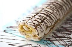 Mange sverger til suksesskake på 17. mai, er du en av dem? Kanskje du har lyst å teste en ny variant! Suksessrulle. Selve bunnen er samme som du lager når du lager en Budapest rull, men jeg tilsetter litt mer mandler, det er en fantastisk combination sammen med eggekrem. Dryss litt mørk sjokolade på toppen Pudding Desserts, No Bake Desserts, Cake Recipes, Dessert Recipes, Norwegian Food, Norwegian Recipes, Scandinavian Food, Foods To Eat, No Bake Cake