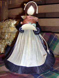 So whenever I thought of corn husk dolls, I thought of those plain ones that maybe some Indian girl taught an English settler to make on some rainy day in an idyllic cabin. Autumn Crafts, Nature Crafts, Corn Husk Crafts, Homemade Wedding Decorations, Corn Dolly, How To Make Corn, Corn Husk Dolls, Crepe Paper, Soft Dolls