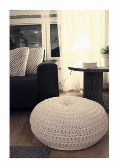 Just love the idea to diy this one but I was boring and just bought it Diy Crochet And Knitting, Knitting Ideas, Cute Quilts, Diy Art, Diy Home Decor, Diy And Crafts, Ottoman, Diy Projects, Living Room