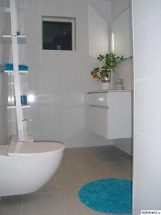 golvvärme,vitt badrum,vitt kakel,vägghängd wc,vägghängd kommod,grått klinker,grått klinker golv