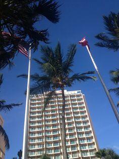 Hotel Marriott, Condado. En el hotel se encuentran las banderas  de Puerto Rico y Estados Unidos de América de la manera adecuada, puesto que las dos están a la altura correcta y se conservan en buen estado.
