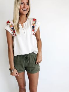 linen shorts + embroidered top comfy and cute Mode Outfits, Casual Outfits, Casual Summer Outfits For Women, Beach Outfits, Summer Shorts Outfits, Shorts Outfits Women, Summer Shirts, Short Outfits, Casual Summer Style