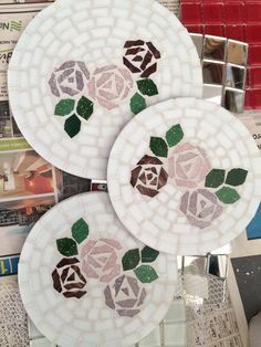 Descanso de panela, mosaico em pastilha de vidro. #mosaic Stepping Stone Walkways, Mosaic Stepping Stones, Mosaic Diy, Mosaic Tiles, Stained Glass Art, Coasters, Decorative Plates, Mandala, Projects To Try