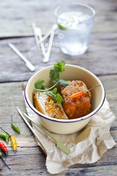 Deep fried stuffed tofu (Tahu isi) is a snack made from tofu stuffed with variants vegetables such cabbage, carrots and bean sprouts. Vegetarian Stuffing, Vegetarian Recipes, Healthy Recipes, Tahu Isi, Deep Fried Tofu, Mother Recipe, Food Dishes, Main Dishes