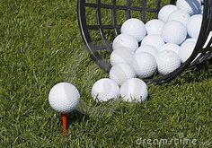 Imagen de archivo libre de regalías: Pelotas de golf en la canasta volteada.