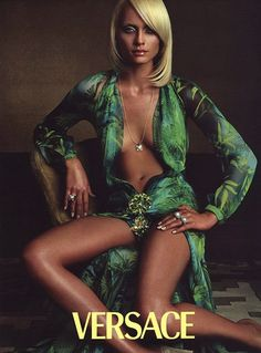 versace Kampagne versace campaign versace campaign Amber Valletta, Versace campaign 2000 wearing the dress that JLo made famous Gianni Versace, Donatella Versace, Versace Men, Atelier Versace, Amber Valletta, Aquarius, Capri, Vintage Versace, Versace Dress